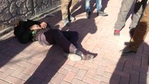 Yolda Yürüyen Kadını Yere Yatırıp Taciz Eden Sapık Hastanelik Oldu
