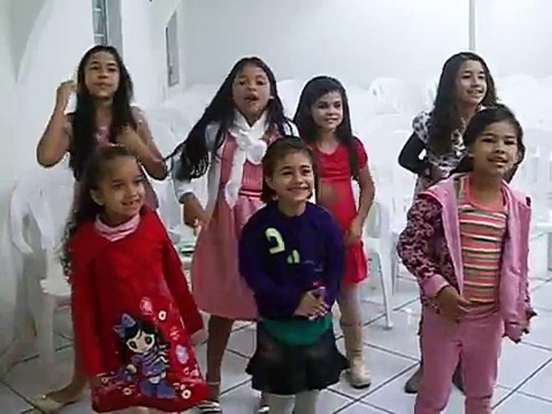 Meninas cantando a música Areia da Cristina Mel