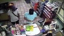 3 hommes piratent un lecteur de Carte Bleue en qques secondes dans une épicerie