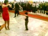 Il lui demande pour une danse, mais gardez un oeil sur ses petits pieds... ADORABLE!