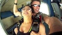Un avion frôle des parachutistes