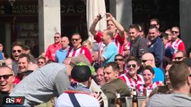 Le comportement scandaleux de supporters de football envers des mendiantes
