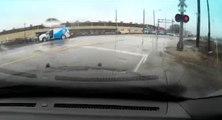 Une dashcam montre un policier sauver le conducteur d'un van