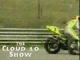 Un pilote du course moto tombe , ne tombe pas....