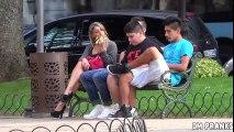 Zgodna i Lepa Devojka Izaziva Ljude u Parku Dok Jede Lagano Bananu