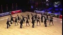 Ces danseurs réalisent une folle performance avec une précision chirurgicale !