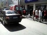 Homem é assassinado em porta de banco em Macaé .