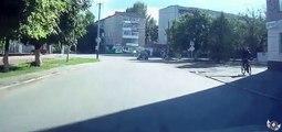 Un homme en mobylette grille un feu rouge et provoque un accident