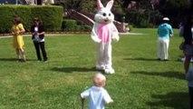 Oui, le lapin de Pâques est juste flippant. Pauvres gamins