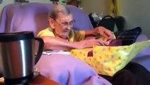 Réaction énorme d'une mamie qui reçoit un cadeau d'un de ses docteurs. Hilarant!