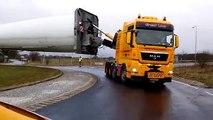 Transport d'une pale d'éolienne à un rond-point.