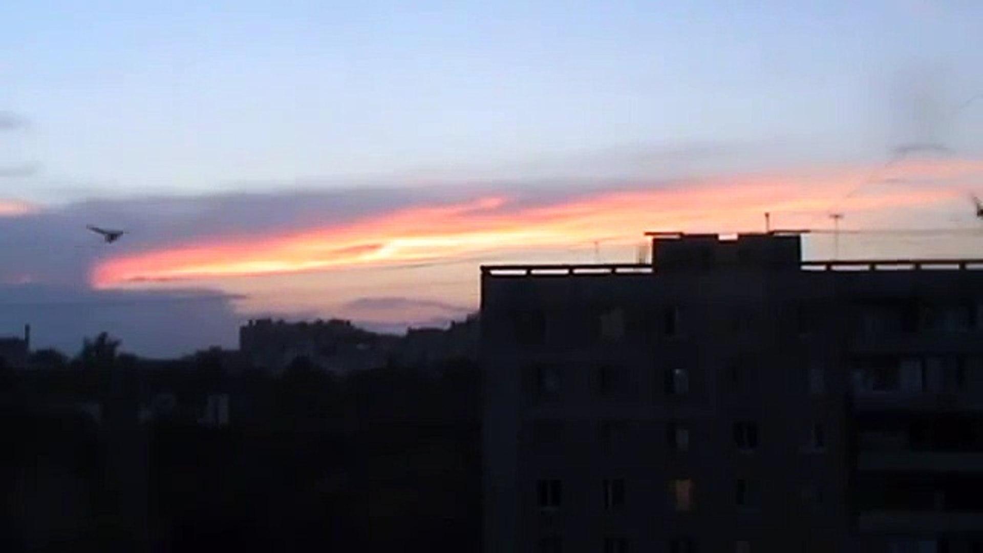 Красивый вечерний закат в городе Орле Стрижи летают вечером на закате солнца Город Орёл