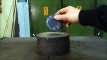 Palet de Palet de hockey dans une presse hydraulique