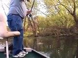 Okla balık avı Adam aşmış kendini