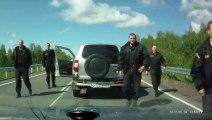 Un homme va klaxonner a un convoi de camionnettes et va vite le regretter