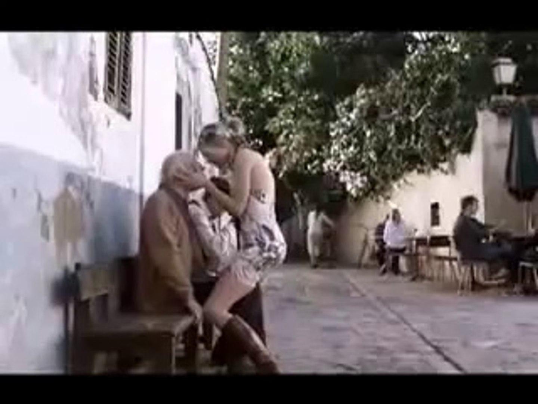 loira gostosa beijando velhinho - Hot girl kissing old man (Sasha Grey)