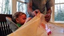 Ce bébé se prend tout le jus en pleine tête... Oups