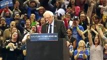 Un oiseau s'invite au meeting de Bernie Sanders