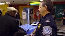 Un agent des douanes trouve une boite de conserve suspecte
