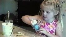 Une petite fille très très très gourmande