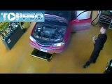 Le retour de kiki avec son pote qui réparent une voiture