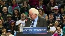 En plein meeting, un petit oiseau vient rejoindre Bernie Sanders