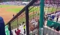 juego entre los Astros de Houston y los Padres de San Diego, vendedora de cerveza la mezcla con agua