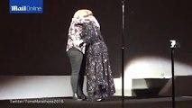 Adele se sacó una selfie con su doble en pleno concierto