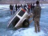 Russie: voilà comment on s'y prend pour sortir une voiture passée à travers un lac gelé
