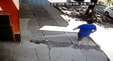 Une femme qui promène son petit chien se fait attaquer par un pitbull