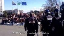Des CRS gazent des manifestants non violents