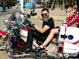 Regis le motard se la joue un peu trop devant la caméra
