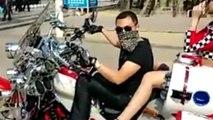 Ce motard ne contrôle pas sa moto et percute des gens !