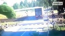 Lkw wird von einem Zug erfasst