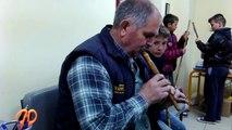 ο Ηλίας Τσαντούρης στο Δημοτικό σχολείο Ανάβρας Μαγνησίας.Παίζει και κατασκευάζει φλογέρα.