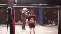 Une combattante MMA terrasse son adversaire d'un violent coup de pied
