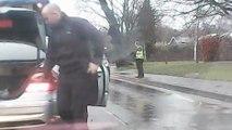 Le bus tombe en panne et ce conducteur va être très aimable avec le chauffeur du bus