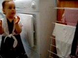 Louison fait la lessive