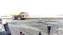 Le plus gros camion du monde roule sur une voiture