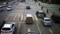 Un enfant tombe d'une voiture en marche et se fait rouler dessus