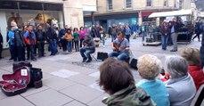 2 músicos a tocar na rua que nos deixam colados ao ecrã durante 10 minutos