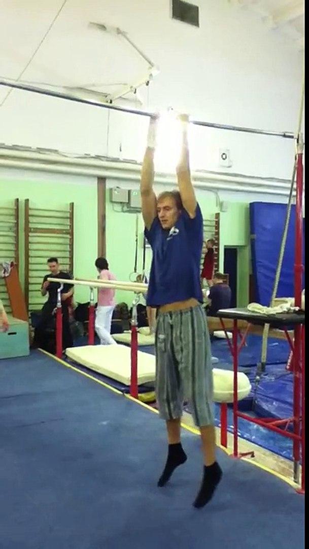 4 times One arm pull up (4-е подтягивания на одной руке)