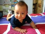 Bébé Hugo se met sur le ventre
