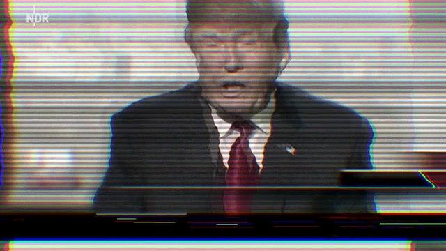 August Mömpel spielt mit Donald Trump