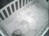 Elle place sa fille de 2 ans au lit puis voit ça sur le moniteur, elle s'empresse d'appuyer sur record