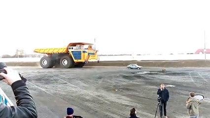 Un camion minier roule sur une voiture