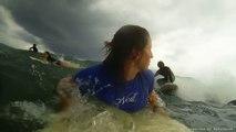 Enorme accident de surf - Elle se prend une planche de surf en pleine tête !!