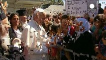 بابا الفاتيكان يدعو العالم الى التعامل مع اللاجئين والمهاجرين بطريقة كريمة وإنسانية