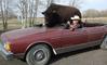 Il promène son énorme bison de compagnie... dans sa voiture !