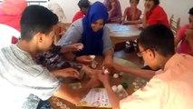 Les jeunes accueillis à l'association Ourika Tadamoune autour d'un jeu de société.